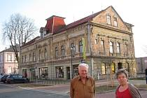 Amatérský historik Gerhard Wanitschek před domem, který kdysi patřil Moritzi Schildovi.