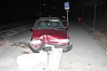 Opilý řidič se strefil do středového ostrůvku.