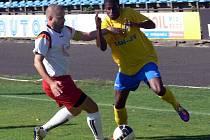 Šumperští fotbalisté (žluté dresy) v utkání v Novém Jičíně