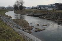 Místo pod nebezpečným splavem na Moravské Sázavě v Zábřehu, kde zloděj čokolád skočil do řeky a začal tonout.