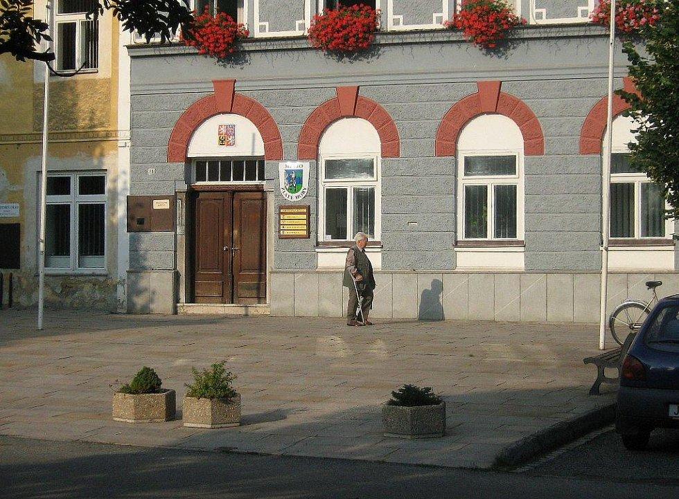 Náměstí ve Zlatých Horách čeká modernizace. U radnice se výměny dočká chodník i zeleň