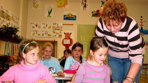 Učitelka Helena Kurková s prvňáčky ve třídě, ve které první žáčci usedali do lavic už před sto lety.