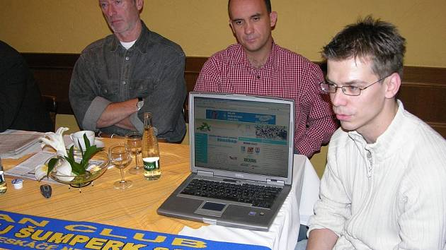 Správce internetových stránek šumperského hokeje Jaroslav Svoboda (vpravo) představuje projekt Dračí televize.  Za ním sedí trenéři Draků Jiří Güttler a Jindřich Setikovský.