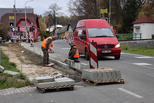 Z chodníku na Lipovské ulici zbývá dobudovat poslední část u železničního přejezdu.