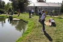 Rybáři a turisté u loučenského rybníku Kocián