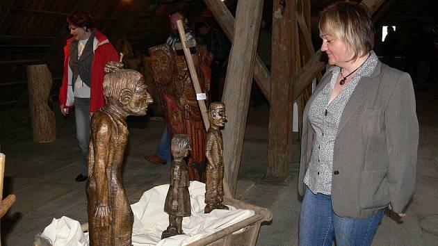 Z vernisáže první výstavy v Galerii Na půdě v hanušovickém hostinci Na Rychtě