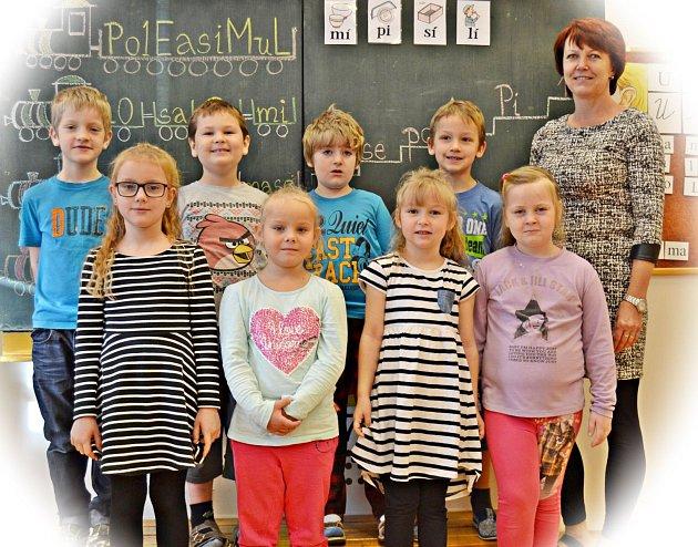 První ročník základní školy vPísařově střídní učitelkou Vladanou Pávkovou