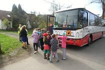 Školní autobus, který provozuje Svazek obcí údolí Desné