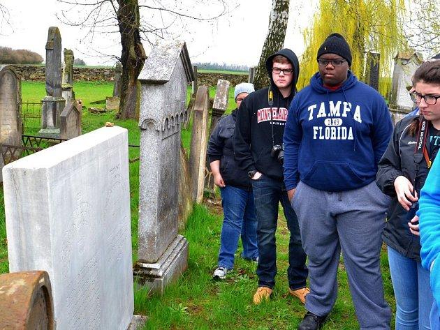Američtí studenti a jejich lektoři zavítali také na židovský hřbitov v Úsově, kde si prohlédli náhrobek Abrahama Leipnikera Löwyho, předka amerického ministra zahraničí Johna Kerryho.