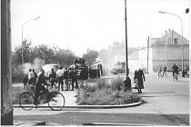 2. ZÁCPA. Tanky na křižovatce ulic Vančurova a Zábřežská.