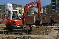 Stavbaři teprve kopou základy obytného souboru Senová v Šumperku a většina domů či bytů už zná své budoucí majitele.