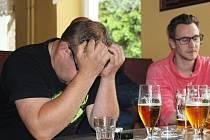 Smutní fanoušci v baru Classic v Šumperku
