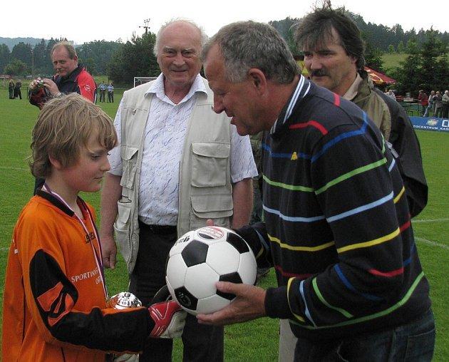 Werner Lička gratuluje jednomu z losinských žáků.