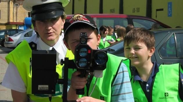 Školáci si vyzkoušeli i práci s radarem na měření rychlosti.