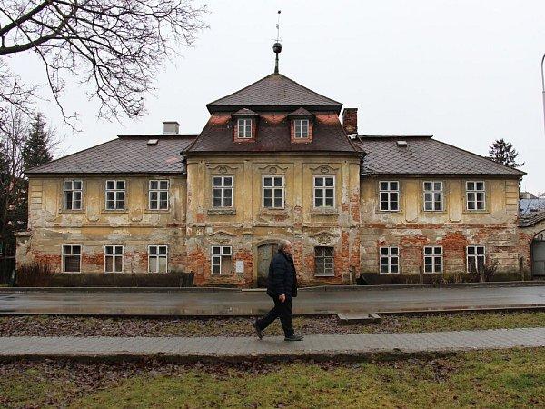 Zchátralá budova bývalé textilní manufaktury na ulici Generála Svobody vŠumperku.
