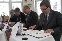 Projekt protipovodňových opatření stvrdili svým podpisem (zprava) starosta Petrova Jan Vaníček, starosta Vikýřovic Václav Mazánek, generální ředitel Povodní Moravy Radim Světlík a starosta Rapotína Pavel Žerníček