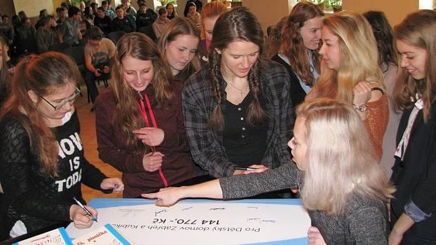 Šek na 144 770 korun předali v pátek 26. února studenti zábřežského gymnázia zdejšímu dětskému domovu. Jsou určené na pomoc devítiletému Kubíkovi, který trpí autismem a potřebuje osobního asistenta.
