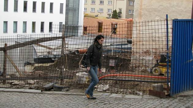 Žena prochází kolem místa, které podle památkářů šumperská stavební firma poničila