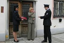 Starostka Vidnavy Eva Pavličíková předala klíč od služebny zástupci ředitele jesenické policie Petrovi Častulíkovi.