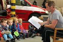 Tak jako v celé republice, četli hasiči pohádky dětem na stanici HZS Zábřeh.