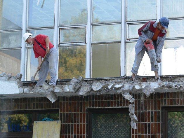 Dělníci připravují terasu pro stavbu nové zdi.