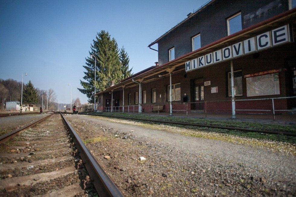 Patnáct kilometrů od Jeseníku leží Mikulovice. Za zdejší největší zajímavostí musí lidé zamířit na nádraží. Mikulovice jsou pohraniční obcí a vlaky z Česka do Česka tu jezdí přes území cizího státu.