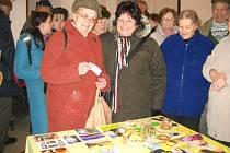 Antonie Novotná (na snímku vlevo) při poslední návštěvě přivezla do Zámečku u Rudoltic devět kilo knoflíků.