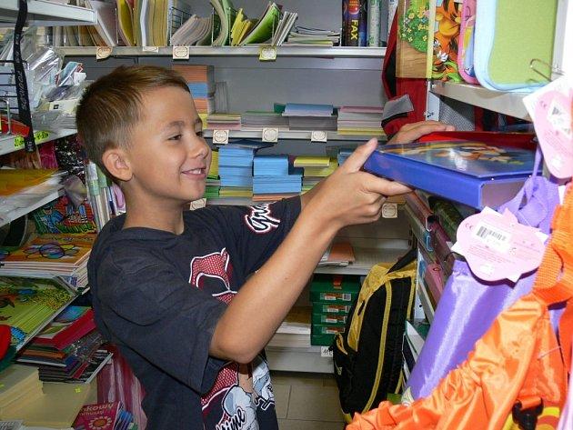 Klidný výběr školních potřeb teď mohou učinit rodiče dětí. Za několik dnů již bude v papírnictví tlačenice.