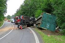 Řidič nákladního auta, který převážel kontejner se stavebním odpadem, boural ve středu 17. srpna kolem desáté hodiny na hlavním tahu ze Šumperku na Hradec Králové u Písařova. Z havarovaného auta uniklo tři sta litrů nafty.