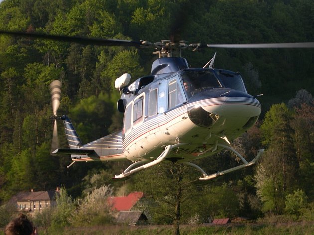 Nedaleko Bohutína hoří les, hasičům přiletěl pomoci i vrtulník