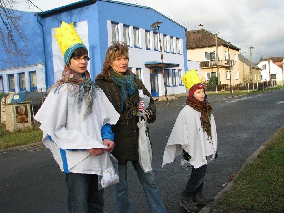 Do ulic měst a obcí na Zábřežsku vyrazili o víkendu tříkráloví koledníci. Koledovalo se i v Leštině.
