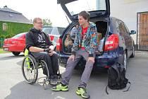 Celou Moravu od severu na jih chtějí v následujících třech týdnech přejít studenti David Szotkowski a Miroslav Večeřa. Během 270 kilometrů dlouhé cesty chtějí získat peníze pro těžce nemocného Lubomíra Kopala.