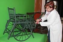 Jak se žije postiženým a jaké pomůcky jim pomáhají v každodenním životě přiblíží návštěvníkům nová výstava, kterou ve čtvrtek 13. března otevře Vlastivědné muzeum v Šumperku. Na snímku kurátorka výstavy Dana Vláčelová připravuje jednotlivé exponáty.