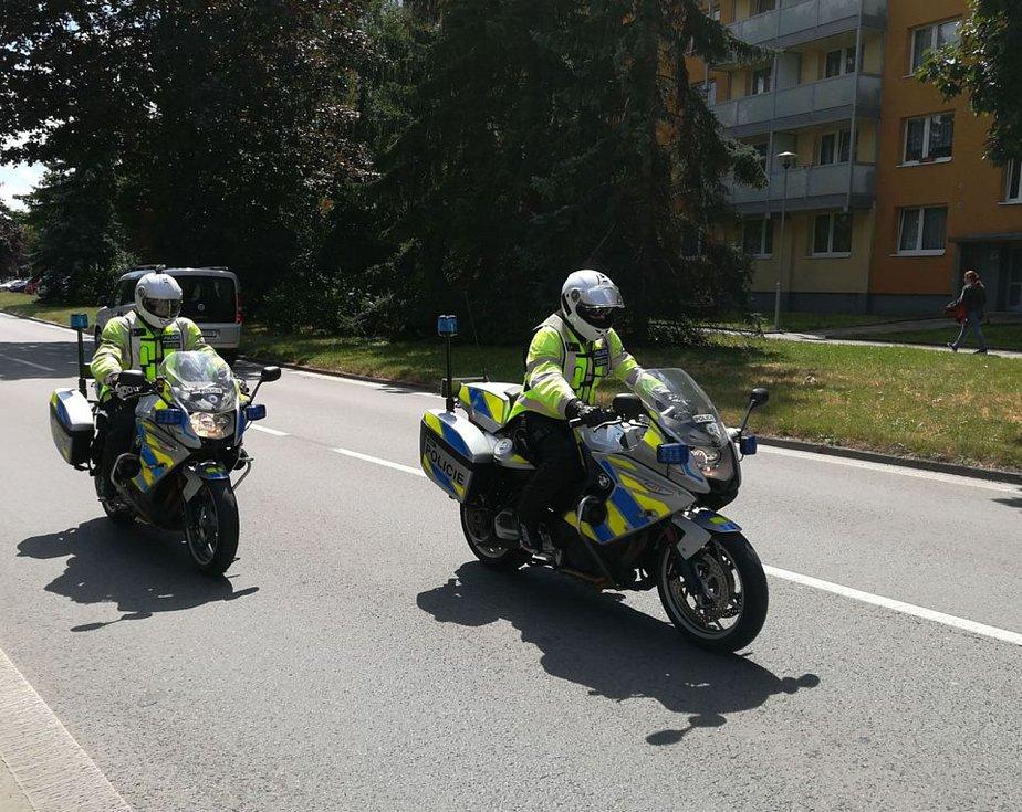 Motorkáři a policisté na Červenohorském sedle