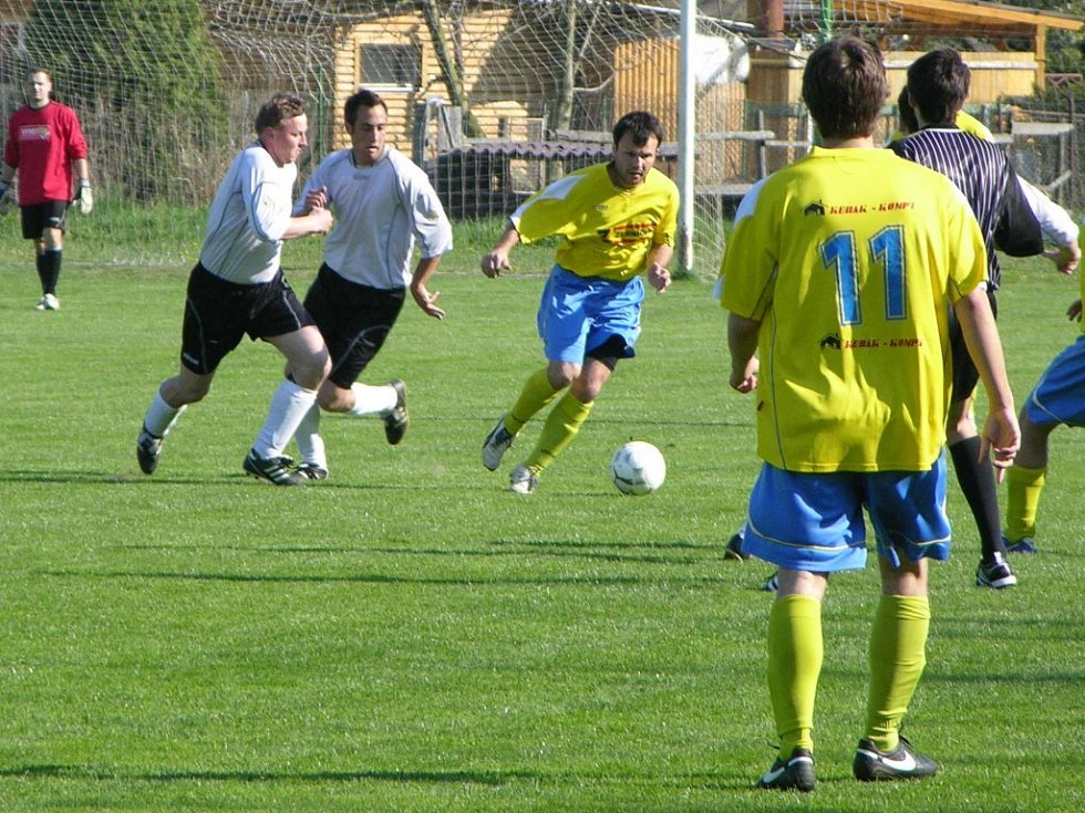 Fotbalisté Vikýřovic (šedé dresy) podlehli doma Štítům