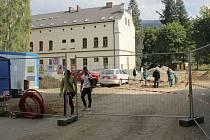 Stavbaři rekonstruují areál školy v ulici Průchodní v Jeseníku.