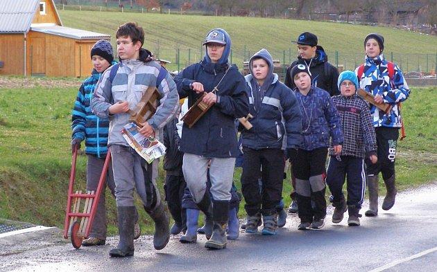 hlapci obcházející vesnice s klapači a řehtačkami stále patří ke koloritu v mnoha obcích zejména v jižní části Šumperska. Na snímku jsou kluci z Brníčka na obchůzce.