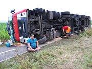 Kamion plný papíru se v noci na středu 12. července převrátil na rovném úseku silnice první třídy mezi Mohelnici a Libivou. Záběry z příprav na vyproštění vozidla ve středu 12. července dopoledne.