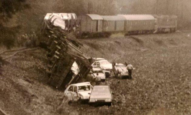 Nehoda nákladního vlaku sautomobily Škoda Favorit vlistopadu 1989uRaškova na Šumpersku.