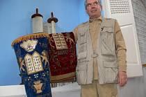 Stanton Canter se dvěma pláštíky na tóru