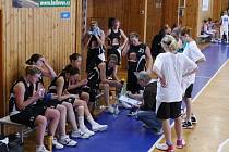 Šumperské basketbalistky poslouchají kouče Sládka v Sadské.