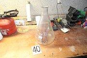 Věci nalezené při domovní prohlídce v objektu, kde tři muži ze Šumperska vyráběli pervitin.