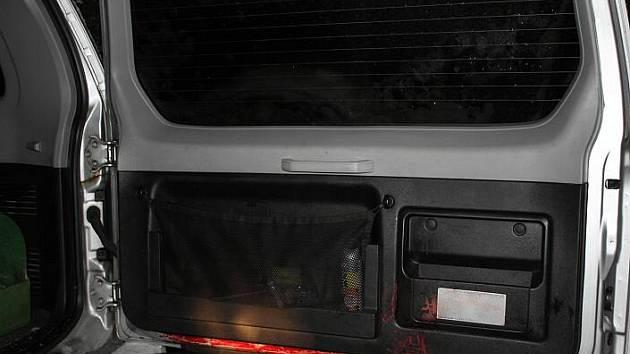 Stopy krve na zadních dveřích vozidla