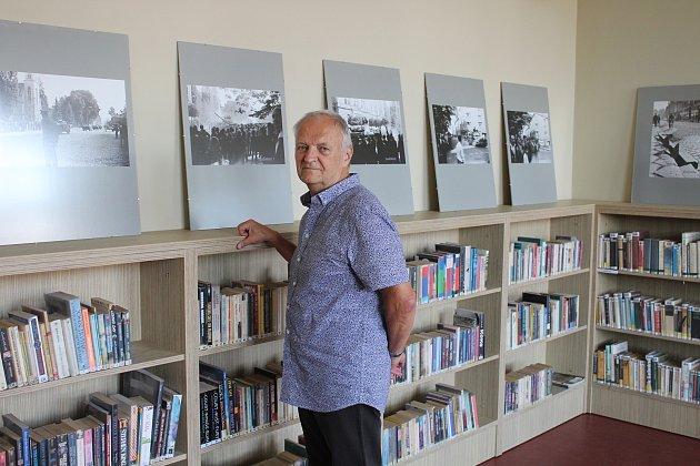 Všumperské knihovně jsou kvidění fotografie Martina Žarnaye, které zachycují okupaci Šumperku vojsky Varšavské smlouvy vroce 1968.