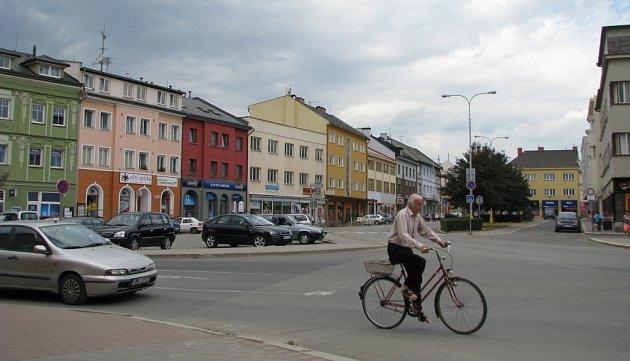 Náměstí Osvobození v Zábřehu má formu spíše široké ulice. Po obou stranách se nacházejí obchody. V širší části je zelený pás oddělující rušnou ulici od obslužné komunikace.