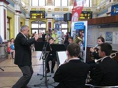 Koncert olomouckých konzervatoristů ve vestibulu vlakového nádraží v Šumperku