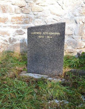 Památku Ludwiga Strassmanna přípomíná kámen vysoký 72centimetry. Tolik měl vdobě úmrtí let. Vrchní hrana kamenu je ulomena stejně násilně, jako byl ulomen jeho život.