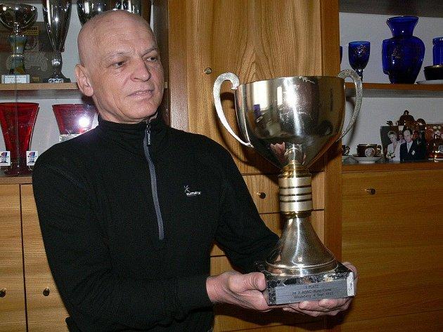 Milan Gažík s jedním ze svých pohárů ze sajdkákrosu. Zvláštní cenu města Šumperka za celoživotní přínos v oblasti sportu si 2. dubna kvůli nemoci osobně převzít nemohl