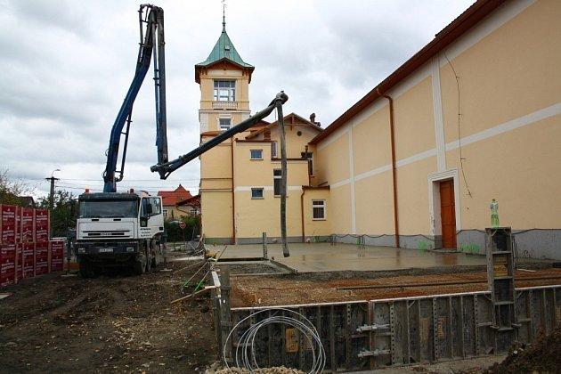 Stavební firmy budují přístavbu ke kulturnímu domu v Javorníku.