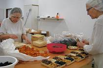 Tři sta padesát tisíc košíků se sušeným ovocem letos zkompletují v chráněné dílně Reparto v Lošticích. Ozdobí vánoční stoly především v Rakousku, ale také u nás, v Polsku a na Slovensku. Novinkou je letos barevný ananas s příchutí maliny či manga.